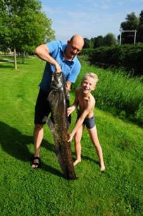 Owen (11) vangt een gigantische vis! (video)