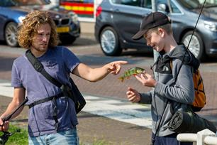 Streetfishing battle in Bart gaat vissen (video)